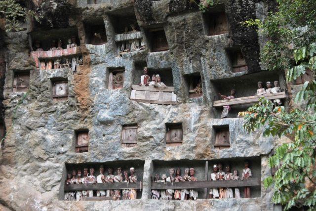 kuburan khas toraja yang jadi objek wisata - yoexplore, liburan keluarga - yoexplore.co.id