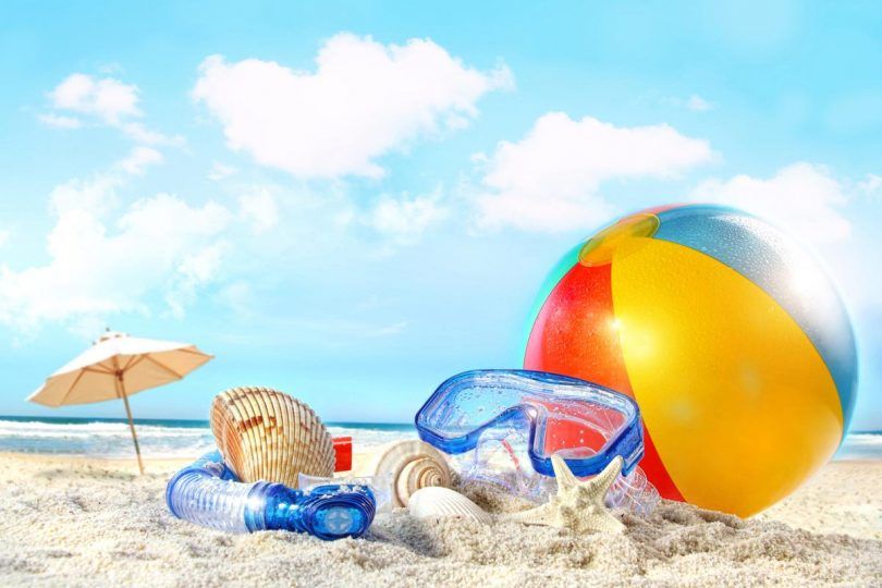 perlengkapan traveling untuk liburan ke pantai - yoexplore, liburan keluarga - yoexplore.co.id