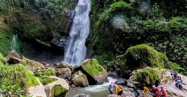 perlengkapan traveling ke air terjun - yoexplore, liburan keluarga - yoexplore.co.id
