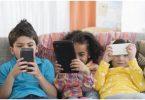 anak kecanduan smartphone - yoexplore, liburan keluarga - yoexplore.co.id